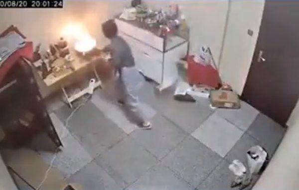 Cháy chảo dầu khói nghi ngút khắp phòng, cô gái bất ngờ lấy thứ tối kị để dập lửa - 1