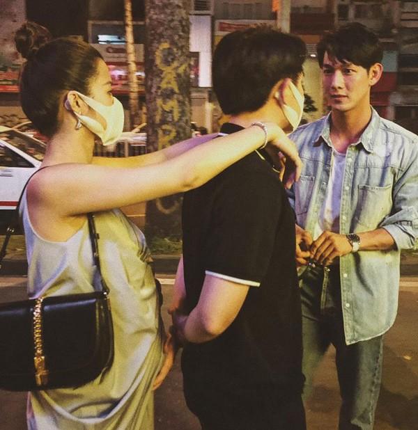 Đứng nói chuyện cùng bạn, Ông Cao Thắng lại có hành động lén lút với vợ bầu - 1