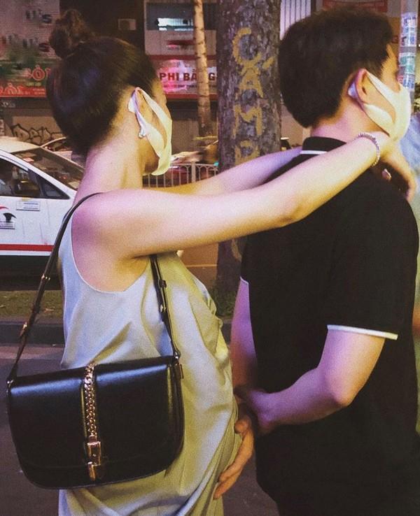 Đứng nói chuyện cùng bạn, Ông Cao Thắng lại có hành động lén lút với vợ bầu - 3