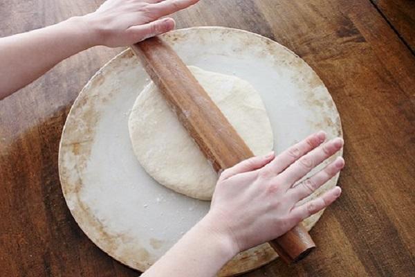 Cách làm đế bánh pizza tại nhà ngon giòn xốp như ngoài hàng - 6