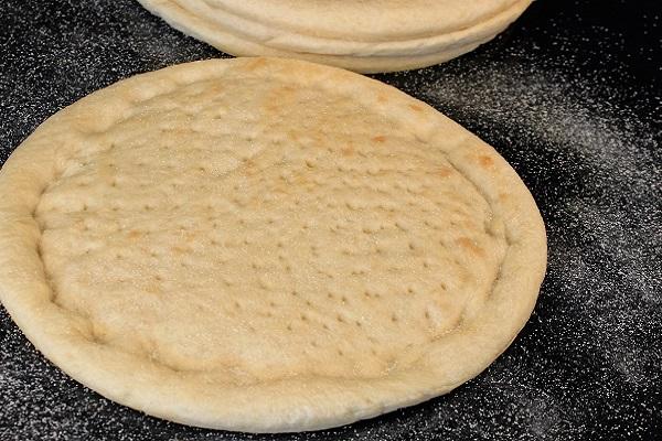 Cách làm đế bánh pizza tại nhà ngon giòn xốp như ngoài hàng - 7