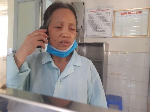 Ở viện chăm con nhưng bà Lan liên tục nhận được điện thoại hỏi mẹ của các cháu.