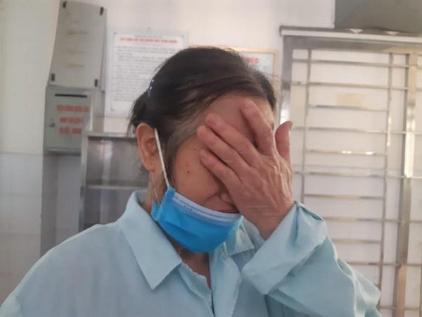 Bà Lan khóc thương cho số phận con gái mình.