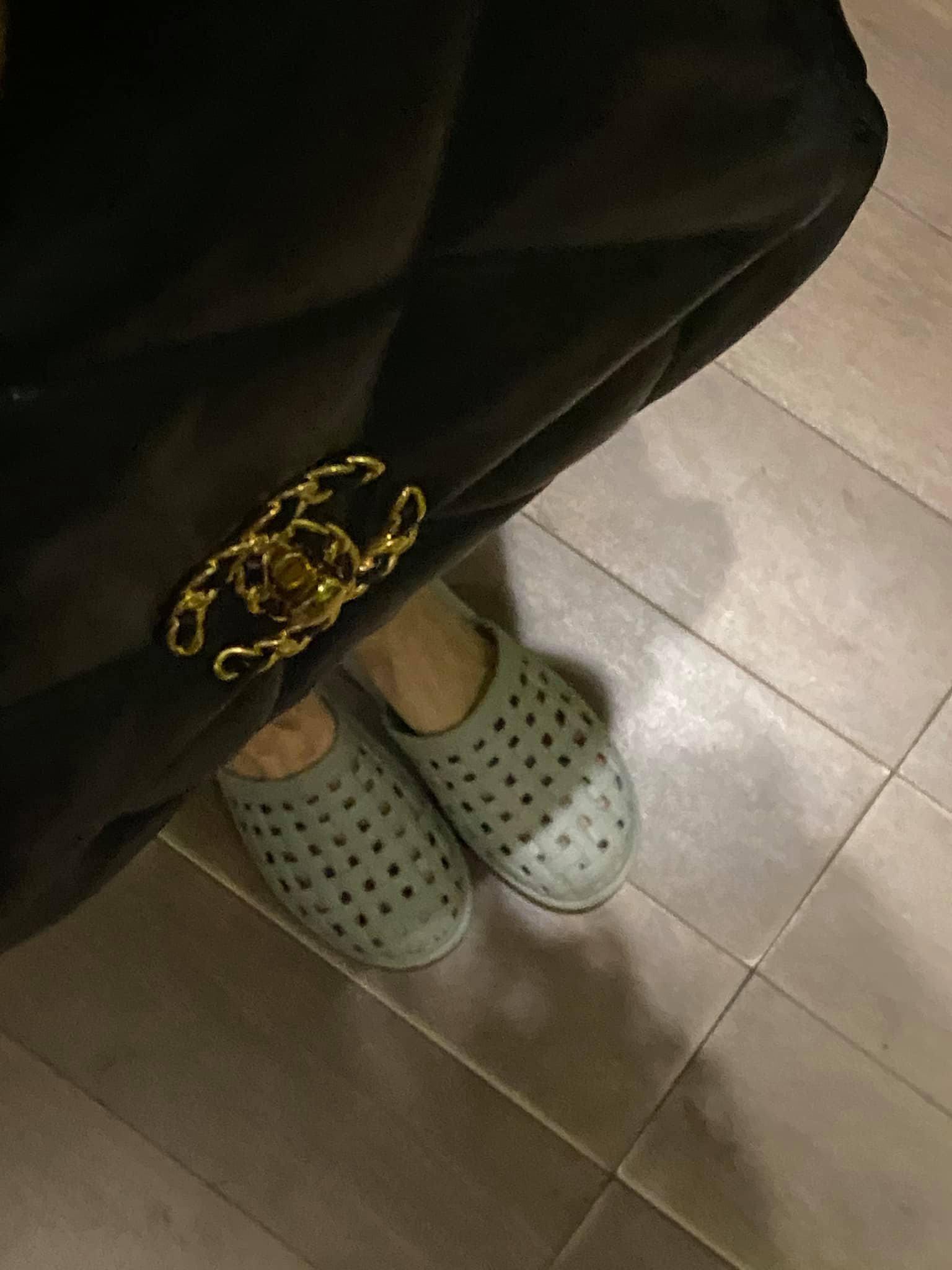 Hết bỏ quên đôi giày 25 triệu lấy dép lào, Hari Won mặc phủ hàng hiệu cũng xỏ dép nhựa - 3