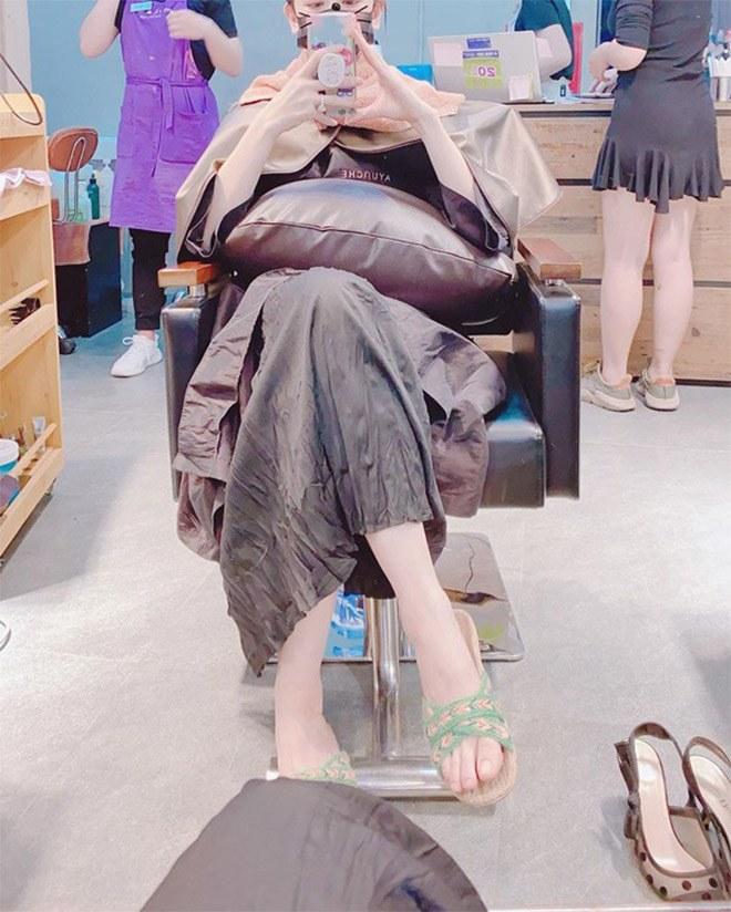 Hết bỏ quên đôi giày 25 triệu lấy dép lào, Hari Won mặc phủ hàng hiệu cũng xỏ dép nhựa - 4