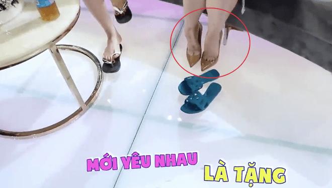 Hết bỏ quên đôi giày 25 triệu lấy dép lào, Hari Won mặc phủ hàng hiệu cũng xỏ dép nhựa - 6