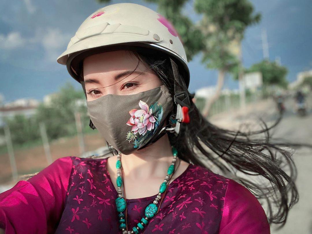Thời trang mùa dịch: dù che đậy kín mít, sao Việt vẫn phong cách với khẩu trang độc lạ - 1