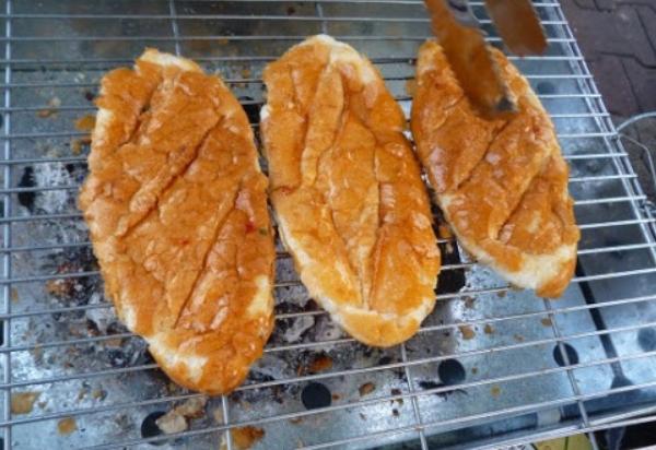 Cách làm bánh mì nướng muối ớt thơm ngon tại nhà cực đơn giản - 6