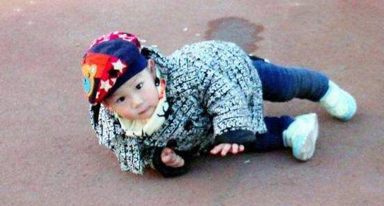 Cháu 1 tuổi ngã trên giường xuống, thái độ của mẹ làm bà nội khó chịu, bác sĩ lại khen - 2