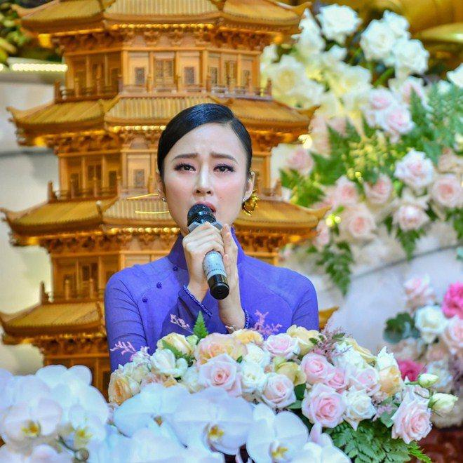Sao Việt 24h: Hình ảnh đẹp amp;#34;thoát tụcamp;#34; của Angela Phương Trinh ở chùa gây bão mạng - 6