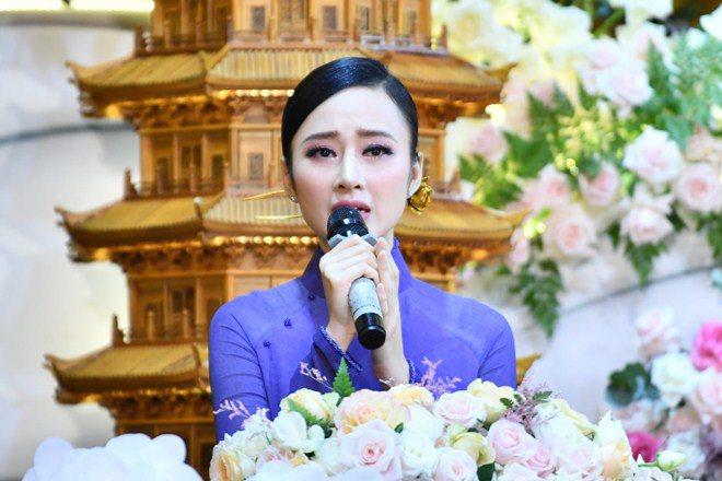 Sao Việt 24h: Hình ảnh đẹp amp;#34;thoát tụcamp;#34; của Angela Phương Trinh ở chùa gây bão mạng - 7
