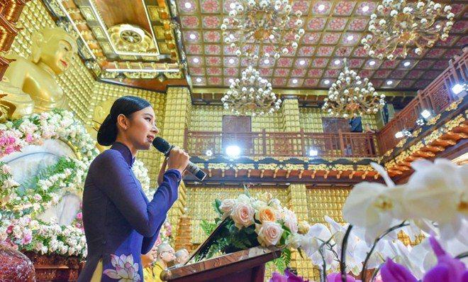 Sao Việt 24h: Hình ảnh đẹp amp;#34;thoát tụcamp;#34; của Angela Phương Trinh ở chùa gây bão mạng - 5
