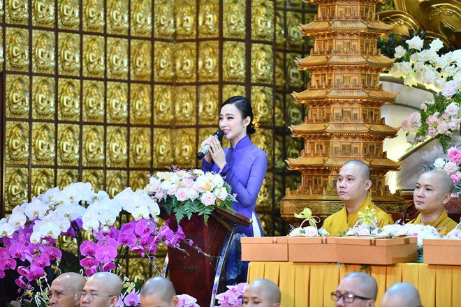 Sao Việt 24h: Hình ảnh đẹp amp;#34;thoát tụcamp;#34; của Angela Phương Trinh ở chùa gây bão mạng - 4