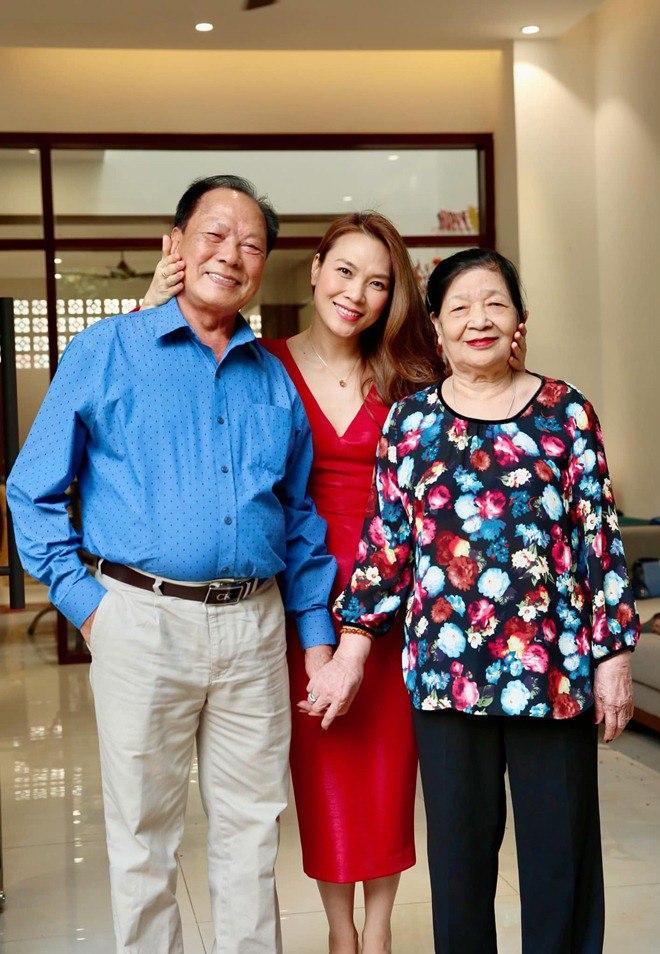 Sao Việt 24h: Hình ảnh đẹp amp;#34;thoát tụcamp;#34; của Angela Phương Trinh ở chùa gây bão mạng - 14