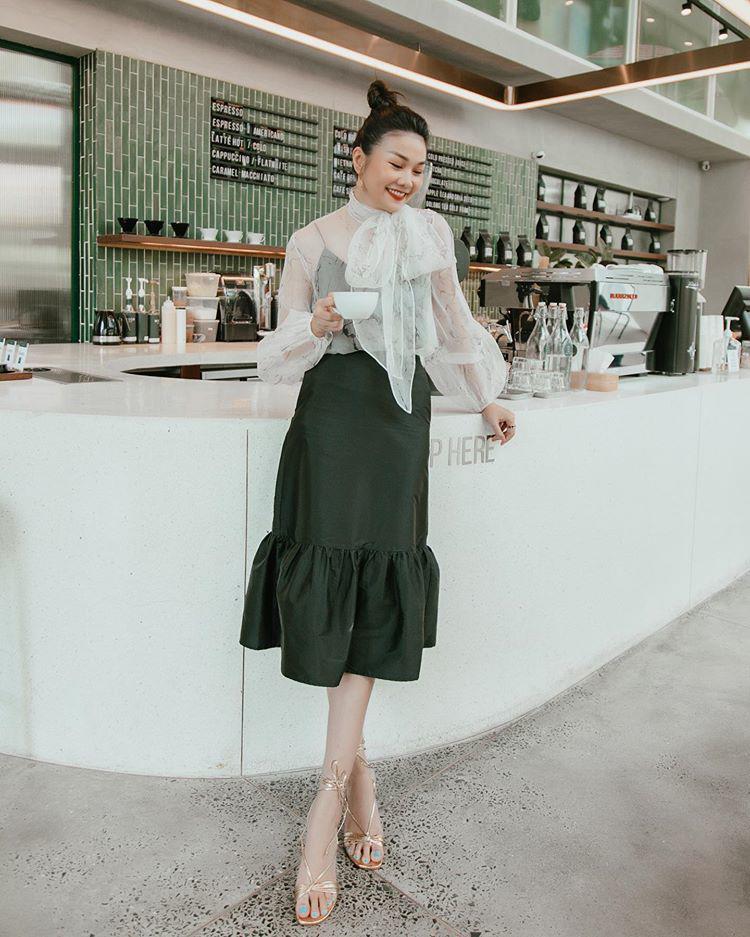 Thanh Hằng diện áo blouse trong suốt, bí quyết mới cho các nàng công sở là đây - 5