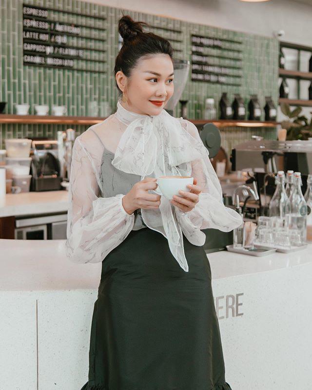 Thanh Hằng diện áo blouse trong suốt, bí quyết mới cho các nàng công sở là đây - 4
