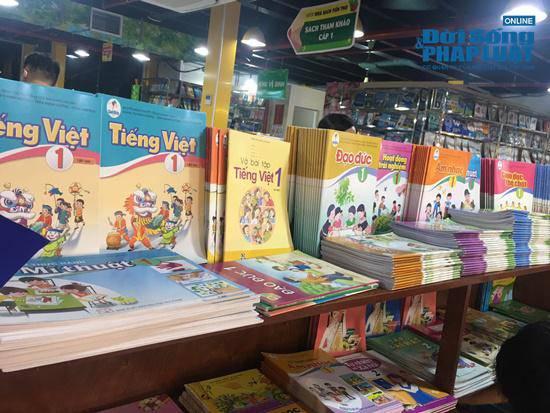 Đưa con đi mua sách giáo khoa, BTV Quang Minh bức xúc vì gặp tiểu xảo đổi giá trắng trợn - 6