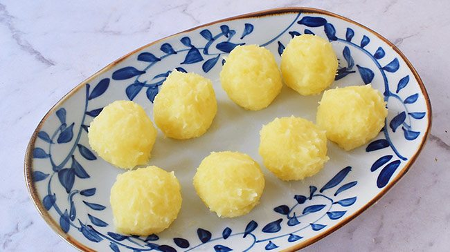 Không xào hay nấu canh, đem khoai tây vo viên rồi sốt thịt được món ngon cả nhà thích-3