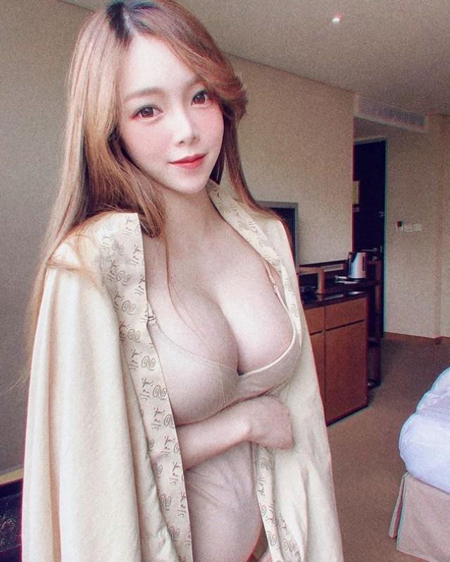 Mẹ bầu ngực khủng, mặc đồ lót dùng 1 lần chụp ảnh cũng đủ khiến đàn ông amp;#34;mất bình tĩnhamp;#34; - 1