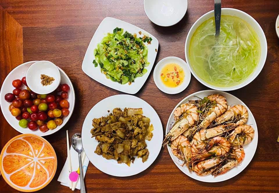 8X Thái Bình cứ nấu ăn là chồng lại xoa bụng, mỗi bữa cơm có giá 100-200 nghìn đồng - 3