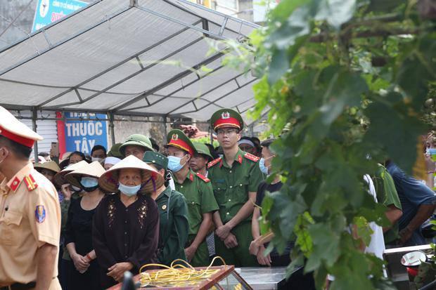 Đám tang đẫm nước mắt, hàng trăm người dân đến tiễn đưa chiến sĩ CSCĐ bị tông tử vong - 15