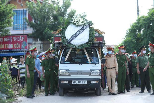 Đám tang đẫm nước mắt, hàng trăm người dân đến tiễn đưa chiến sĩ CSCĐ bị tông tử vong - 11