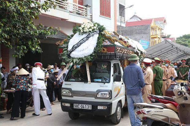 Đám tang đẫm nước mắt, hàng trăm người dân đến tiễn đưa chiến sĩ CSCĐ bị tông tử vong - 10