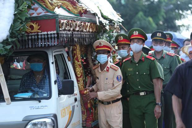 Đám tang đẫm nước mắt, hàng trăm người dân đến tiễn đưa chiến sĩ CSCĐ bị tông tử vong - 16