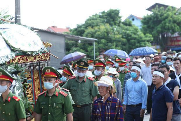 Đám tang đẫm nước mắt, hàng trăm người dân đến tiễn đưa chiến sĩ CSCĐ bị tông tử vong - 17