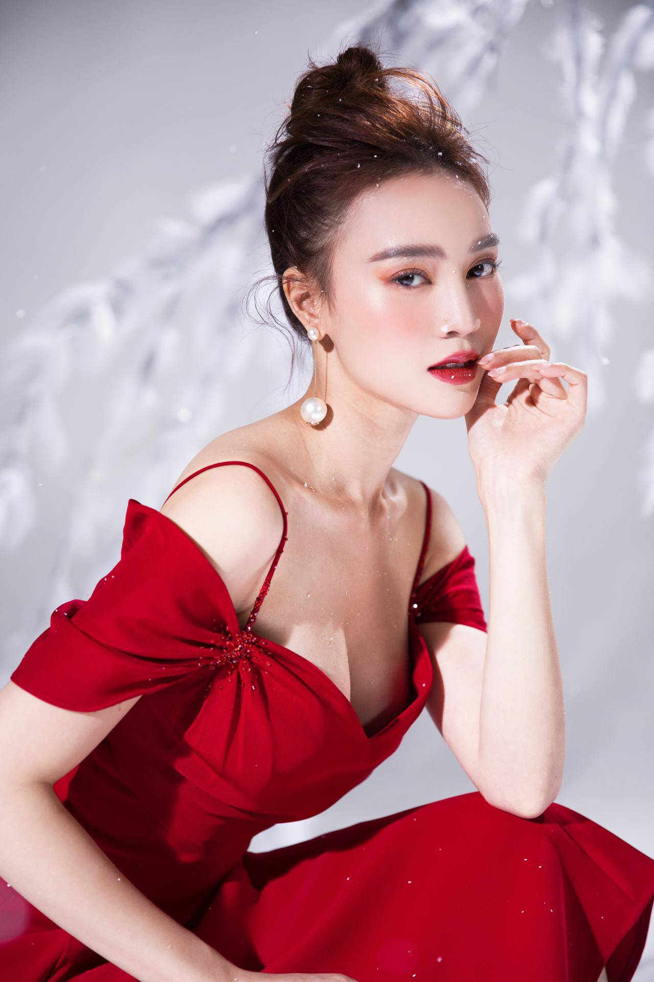 Lan Ngọc diện váy trễ nải khoe điểm gợi cảm hiếm có - 6