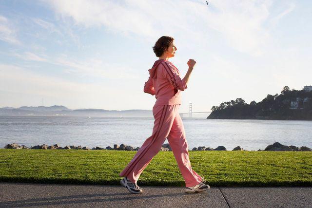 Những người sống lâu sẽ có 6 đặc điểm này khi đi bộ, bạn có mấy đặc điểm?