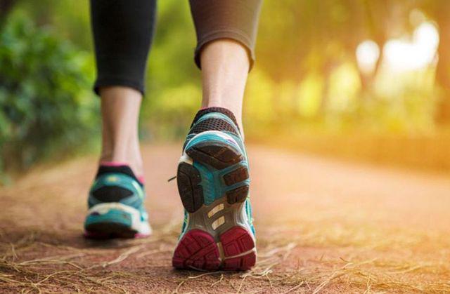 Những người sống lâu sẽ có 6 đặc điểm này khi đi bộ, bạn có mấy đặc điểm? - 1