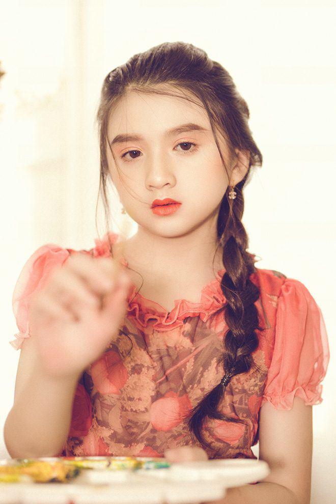 Bé gái nổi khắp Đà Lạt vì giống Hương Giang, 9 tuổi bắt xe đêm lên SG học người mẫu - 11