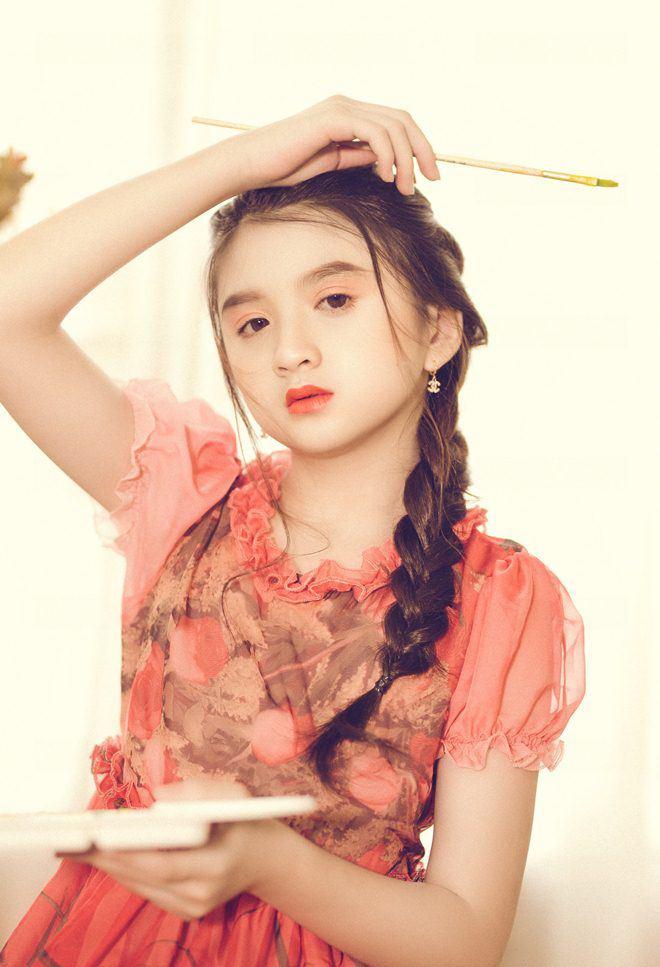 Bé gái nổi khắp Đà Lạt vì giống Hương Giang, 9 tuổi bắt xe đêm lên SG học người mẫu - 10