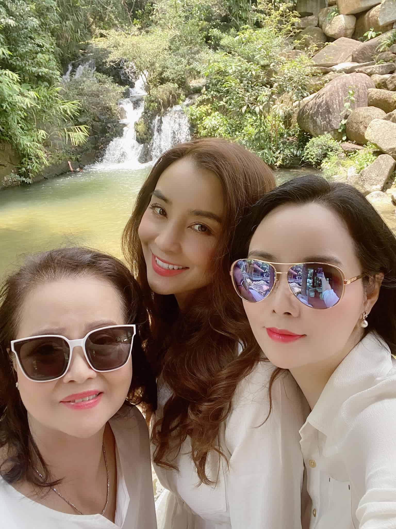 amp;#34;Cô Trúcamp;#34; Mai Thu Huyền khoe ảnh gia đình, nhan sắc chị gái ngoài 40 xinh như mộng chiếm sóng - 1