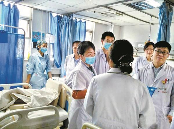 Mẹ bầu đi đẻ lén nhét mảnh giấy vào tay bác sĩ, mở ra đọc ai cũng thở dài - 4
