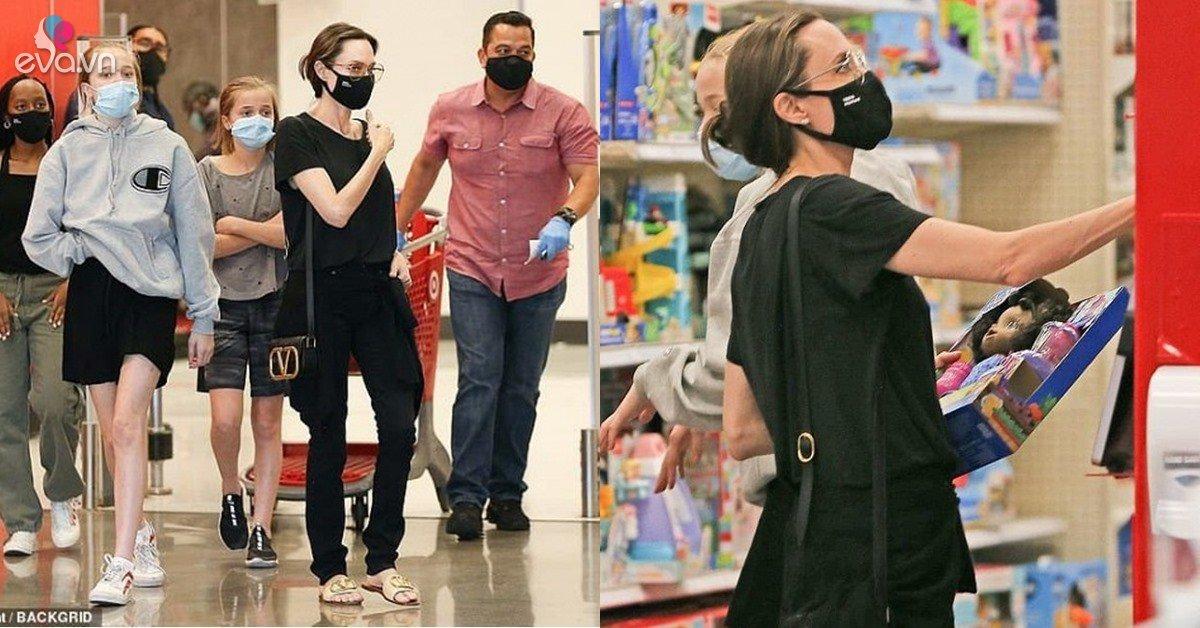 Đưa 3 cô con gái đi dạo, Angelina Jolie trông gầy guộc, hốc hác, nhìn xuống bàn tay mới sợ