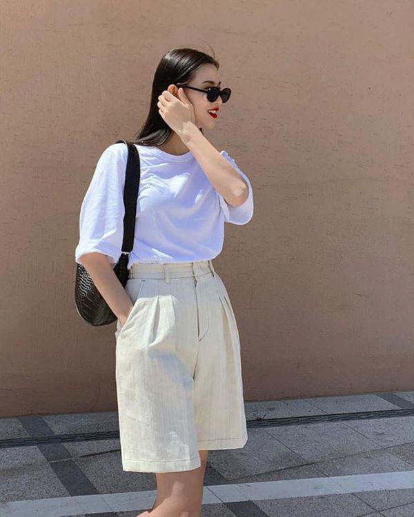 Diện bộ đồ không thể tối giản hơn, Linh Ka vẫn khoe trọn vòng eo con kiến đáng mơ ước - 16