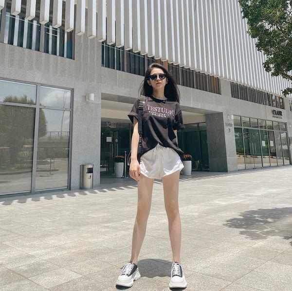 Diện bộ đồ không thể tối giản hơn, Linh Ka vẫn khoe trọn vòng eo con kiến đáng mơ ước - 7