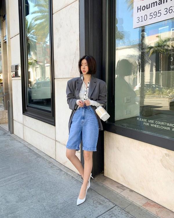 Diện bộ đồ không thể tối giản hơn, Linh Ka vẫn khoe trọn vòng eo con kiến đáng mơ ước - 18