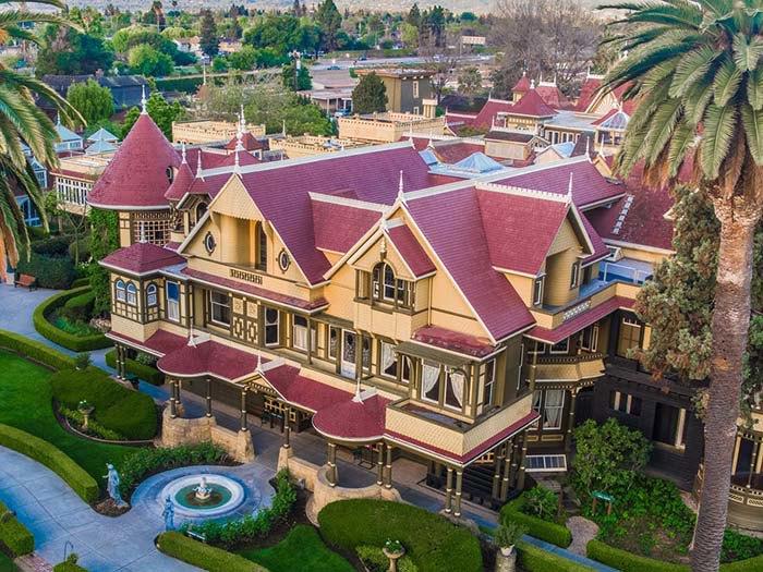 Ngôi nhà ma ám có thiết kế kỳ lạ với 2.000 cánh cửa, tốn 80 tỷ đô để sửa chữa - 1