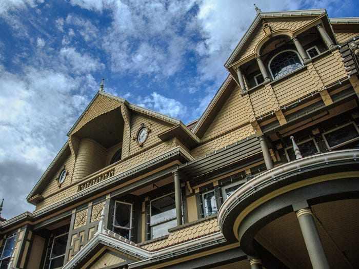 Ngôi nhà ma ám có thiết kế kỳ lạ với 2.000 cánh cửa, tốn 80 tỷ đô để sửa chữa - 13