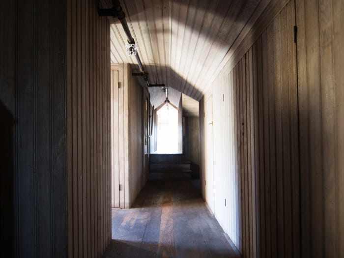 Ngôi nhà ma ám có thiết kế kỳ lạ với 2.000 cánh cửa, tốn 80 tỷ đô để sửa chữa - 9