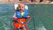 Tranh cãi gay gắt vụ bé trai 6 tháng tuổi trượt nước mạo hiểm