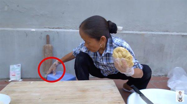 Tin tức 24h: Bà Tân Vlog làm bánh tiêu phiên bản amp;#34;kinh dịamp;#34;, CĐM phát hiện thêm sự cố này - 3