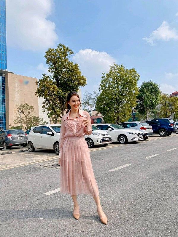 Học cách phối đồ với chân váy lửng từ sao Việt, nàng có ngay vẻ ngoài thanh lịch ngày thu - 3