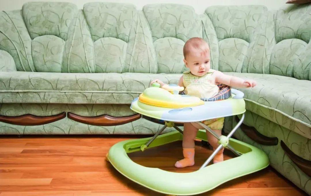 Muốn con chân dài, tuyệt đối tránh những amp;#34;hành viamp;#34; này khi con dưới 1 tuổi - 3