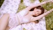 """Ngọc Trinh hóa thân """"cô nàng kẹo ngọt"""", khoe nét gợi cảm e ấp trong clip chụp ảnh nội y"""