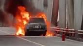 Xe sang Range Rover bốc cháy ngùn ngụt trên cầu Chương Dương