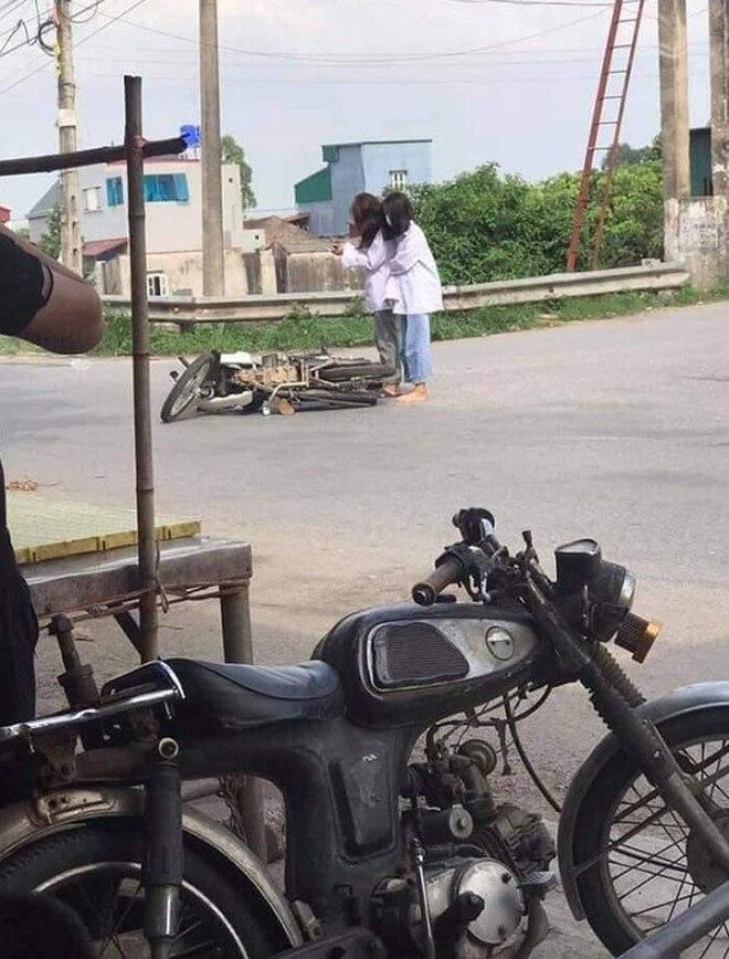Xe đổ giữa đường, 2 nữ sinh lập tức lấy điện thoại làm hành động này khiến CDM ngán ngẩm